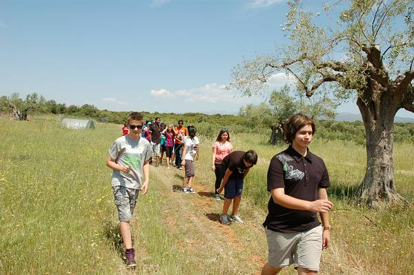 5g2: Photo of the highshool student walking trip in the area outside the farm