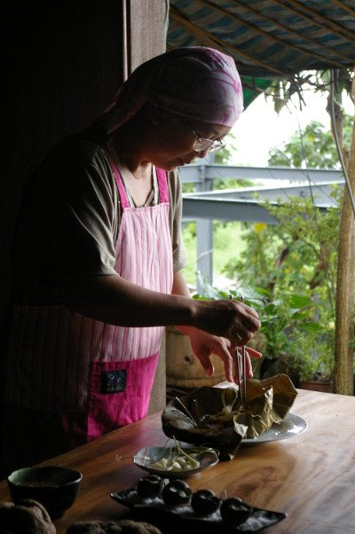 Preparing a meal at Sawaluan (credit: Sra)